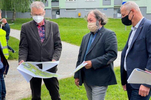 Zľava vedúci oddelenia investičnej výstavby a riadenia projektov Vladimír Brieda, projektant Zoltán Balko a primátor Ján Nosko.