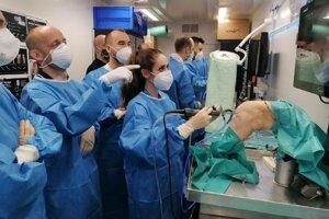 Lekári sa učili operovať na špeciálne upravených ľudských končatinách.