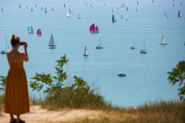 Účastníci 52. ročníka dvojdňovej jachtárskej regaty o Modrú stuhu na jazere Balaton 30. júla 2020.
