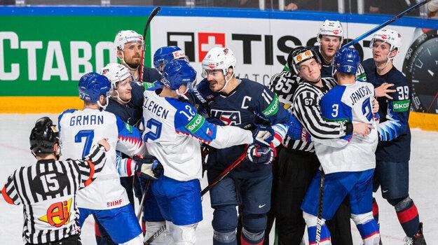 Hromadná šarvátka po zákroku Briana Boyla v zápase Slovensko - USA na MS v hokeji 2021.