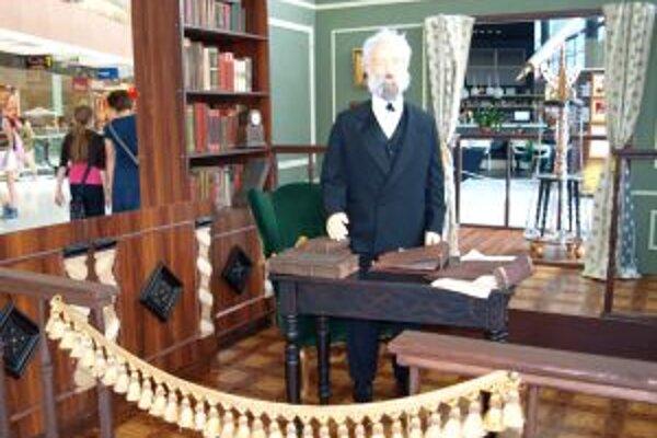 Figurína Julesa Verneho v jeho pracovni s knižnicou a ďalekohľadom.