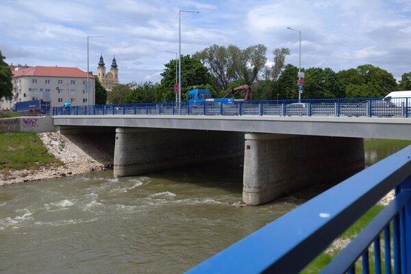 Zrekonštruovaný Univerzitný most. Pojazd bude na chrenovskej strane.