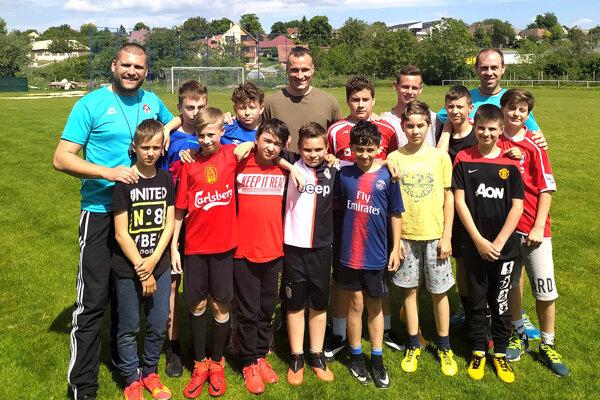 Mladších žiakov FC Cabaj-Čápor na deň detí navštívil slovenský reprezentant Lukáš Štetina. Na snímke sú tréneri Roman Hromádka a Branislav Matys.