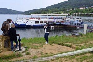 Vyhliadková loď Bohemia v prístavisku v zátoke vodnej nádrže Domaša – Dobrá.