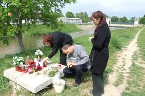 Tragédia sa stala na brehu rieky v Krškanoch. Vaneskina rodina sem chodí zapaľovať sviečky. Na snímke mama a starí rodičia.