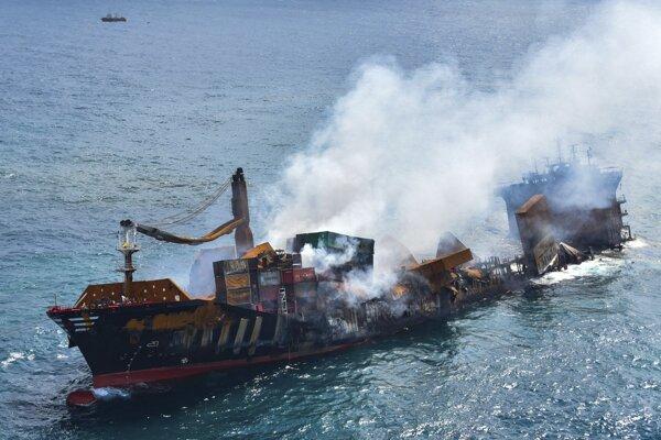 Loď MV X-Press Pearl po vypuknutí požiaru.
