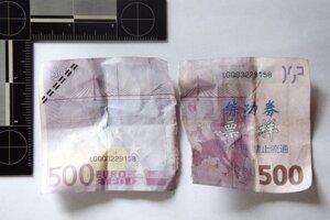 Mladík chcel platiť bankovkou, ktorá sa pokladníčke nepozdávala.