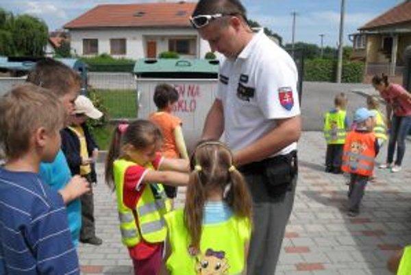 Deti sa zaujímali o prácu policajtov.