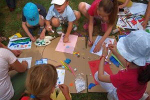 Deti spoločne vytvárali rôzne obrázky.