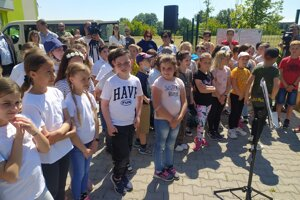 Na otvorení ihriska sa stretli deti zo miestnych škôl.