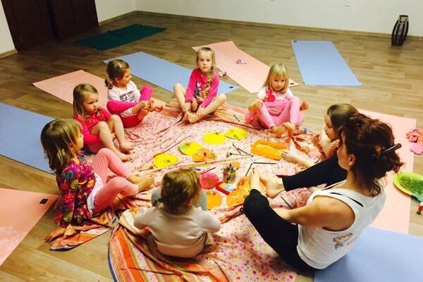 Deti v jogových pozíciách získavajú silu, sebavedomie, rovnováhu aj flexibilitu.