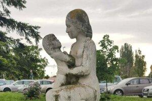 Žena s dieťaťom na Dopravnej ulici.