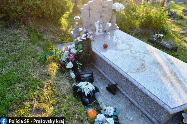 Poškodený hrob.