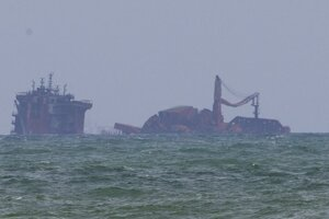Požiarom poškodená loď MV X-Press Pearl pri pobreží Srí Lanky.