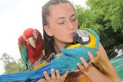 Viktória Rusnáková si zapózovala s obľúbenou turistickou atrakciou - papagájmi pri vodopáde Manavgat.
