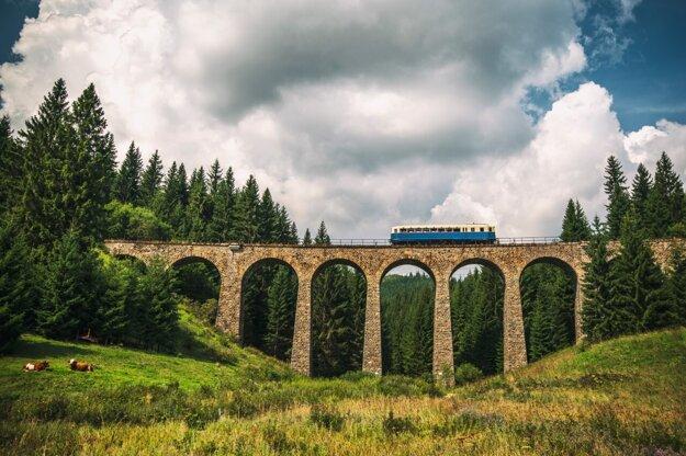 Historický vlak prechádza Chmarošským viaduktom.