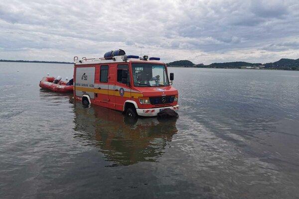 Auto skončilo vo vode. Išlo o cvičenie hasičov.