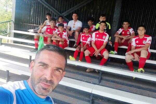 Víťazné družstvo CŠK Cinobaňa U15 s trénerom R. Berkym