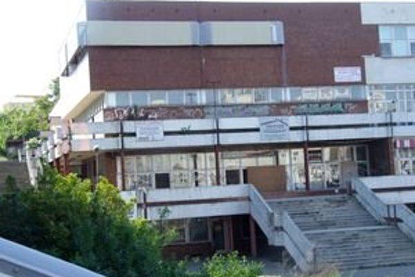 Bývalý dom kultúry v centre Nitry kúpila od mesta firma Inpek už pred štyrmi rokmi. Budova ďalej chátra.