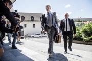 Špeciálny prokurátor Daniel Lipšic počas príchodu na verejné zasadnutie na Najvyššom súde SR, s obvineným riaditeľom Úradu inšpekčnej služby ministerstva vnútra SR Adriánom Szabóom.