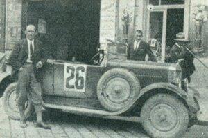 Jeden zo súťažných tímov automobilových pretekov.
