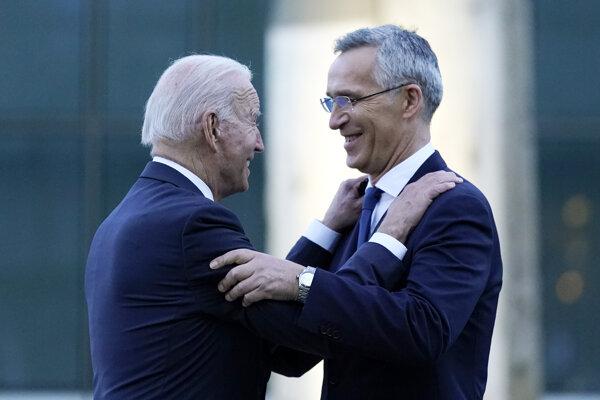 Generálny tajomník NATO Jens Stoltenberg (vpravo) a prezident USA Joe Biden sa zdravia počas stretnutia v Bruseli.