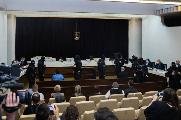 Procesné strany v pojednávacej miestnosti Najvyššieho súdu.