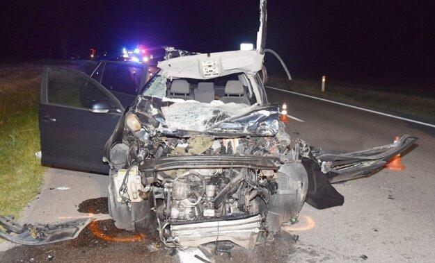 Hrozný pohľad na zdemolované auto. Takto dopadol po náraze volkswagen.