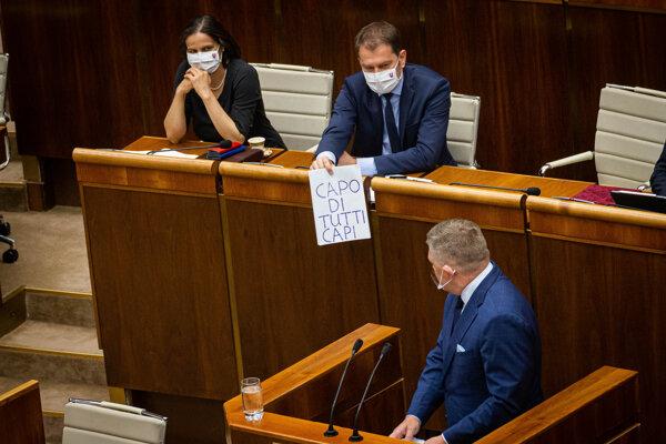 Poslanec Robert Fico počas odvolávania Mikulca.