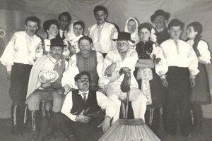 Beckovská Vieska – divadelníci. Divadelníci zBeckovskej Viesky aKočoviec naštudovali hru Dedkovia, ktorá mala premiéru 31. januára 1966. Vedúcim súboru bol Jozef Gajdošík.