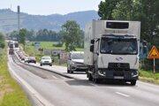 Oprava cesty si vyžiadala presmerovanie dopravy do jedného jazdného pruhu.