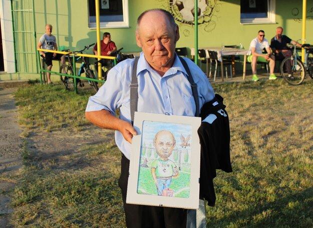 Oslávenec Štefan Komáček dostal od klubu svoju karikatúru a dres s číslom 70.