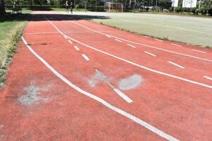 Športovisko si vyžaduje investíciu, podľa školy sa malo radšej opraviť to.