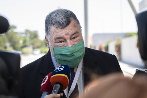 Epidemiológ Vladimír Krčméry odpovedá na otázky novinárov počas príchodu na zasadnutie Ústredného krízového štábu SR.