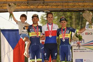 Víťazi pretekov, zľava Jan Barta, Josef Černý a Adam Ťoupalík.