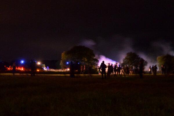 Policajti nasadili slzotvorný plyn a dostávali sa do potýčok so skupinami násilných účastníkov.