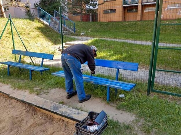 Letné práce sa rozbehli, na Ťahanovciach okrem iného vynovujú lavičky na športovisku.
