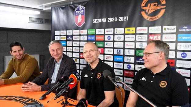 Zľava športový manažér HC Košice Gabriel Spilar, prezident klubu Július Lang, hlavný tréner Kalle Kaskinen a asistent trénera Timo Saarikoski.