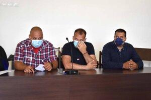 V súdnej sieni. Zľava Maroš, Martin a Branislav Paškovci.