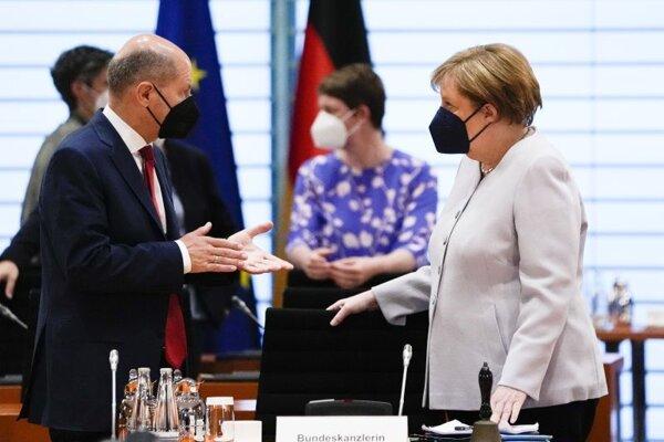 Nemecká kancelárka Angela Merkelová v rozhovore s ministrom financií Olafom Scholzom.