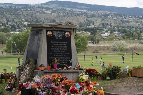 Pamätník detských obetí v areáli bývalej školy v Kamloops.