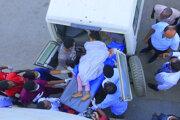 Záchranári nakladajú do sanitky zranené dievča po leteckom útoku v Tigraji.