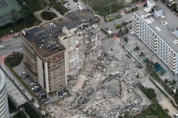 Zrútená budova v Surfside, severne od Miami Beach na Floride.