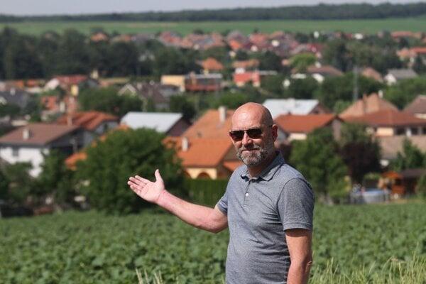 Mário Machovec s najkrajším výhľadom na Rišňovce - z Hornorišňovského cintorína.