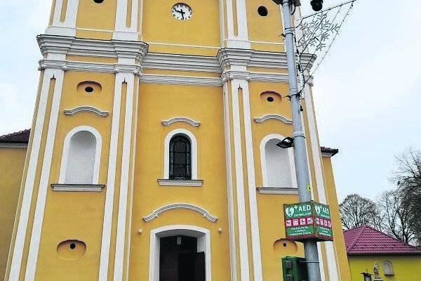 Defibrilátor osadili v Šuranoch pred kostolom.