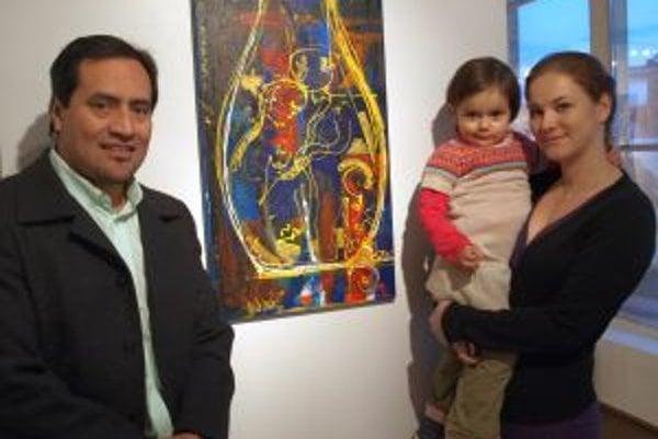 Wiliam Cáceres s manželkou Evou a dcérkou Lilian pri obraze Predkovia. Predstavuje kultovú vázu, do ktorej vkladali pozostaky zomrelých členov kráľovského rodu spolu s ich najcennešími osobnými predmetmi.