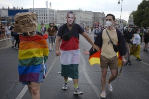 Muž s maskou Orbána na berlínskom pochode Pride.