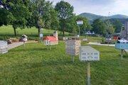 V dedinke v záhrade domova seniorov v rakúskom Hainfelde si každý nájde svoj vlastný dom.