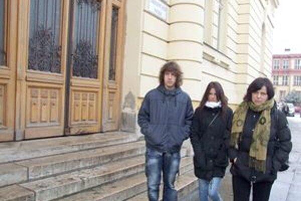Rodina Buchovcov pred nitrianskym súdom.