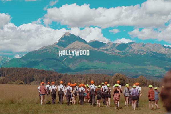Nápis Hollywood skupina Iconito zasadila na majestátny Kriváň.